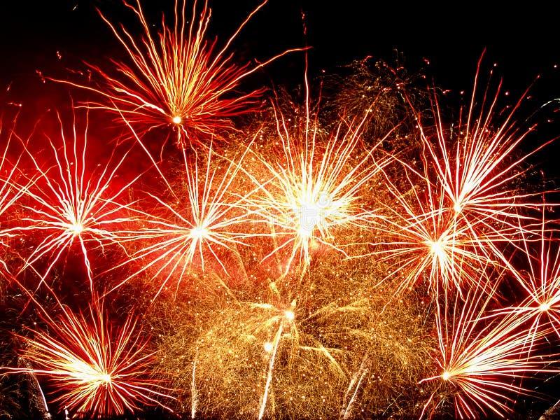 Bello saluto e fuochi d'artificio con i precedenti neri del cielo fotografia stock libera da diritti