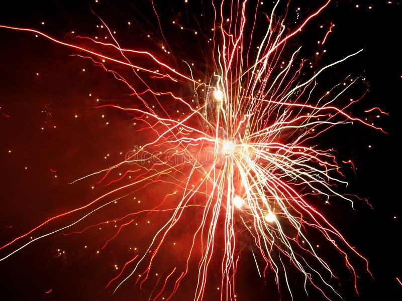 Bello saluto e fuochi d'artificio con i precedenti neri del cielo immagine stock
