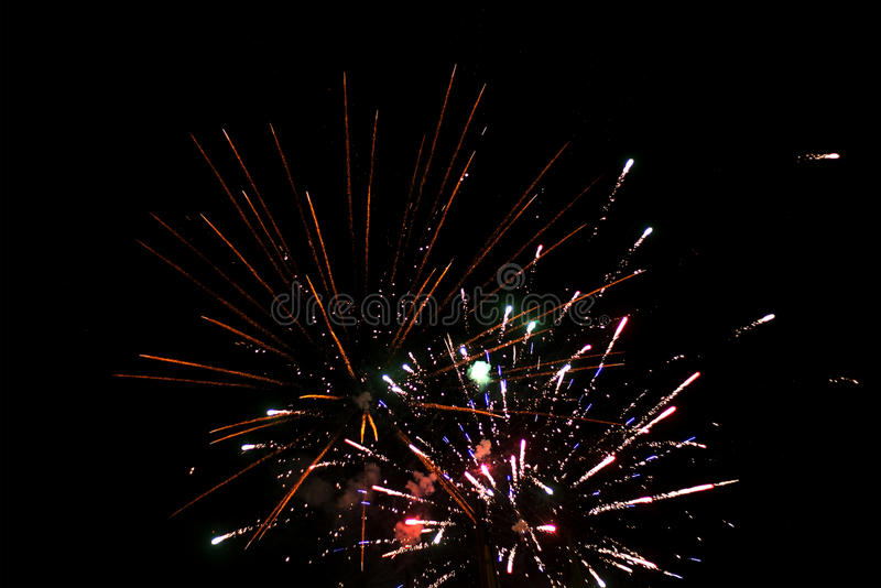 Bello saluto e fuochi d'artificio con i precedenti neri del cielo fotografie stock libere da diritti