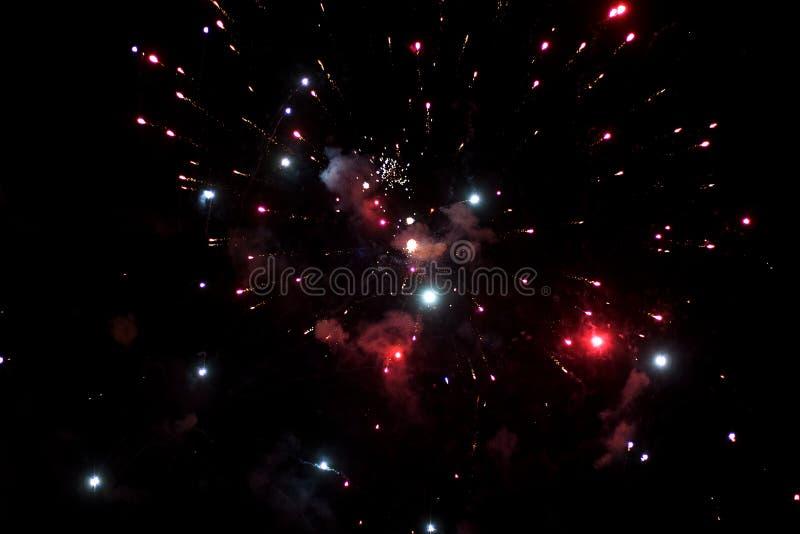 Bello saluto e fuochi d'artificio con i precedenti neri del cielo Il fondo astratto di festa con i vari fuochi d'artificio di col immagine stock libera da diritti