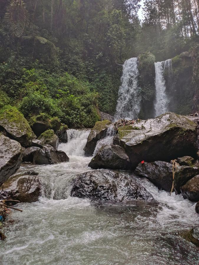 Bello scenario della cascata di Grenjengan Kembar, Magelang Indonesia immagini stock libere da diritti