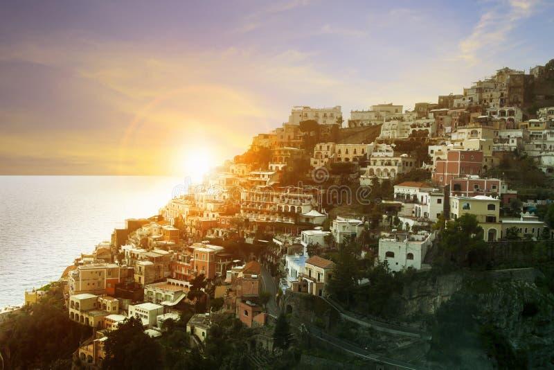 Bello scenico della linea mediterranea della costa della città di positano del sud immagini stock