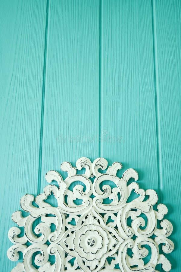 Bello schienale di legno scolpito bianco sul fondo di colore della menta di legno Stile caraibico classico fotografia stock libera da diritti