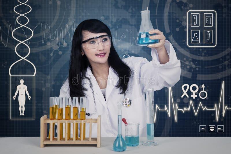Bello scienziato che analizza le soluzioni sul blu illustrazione vettoriale