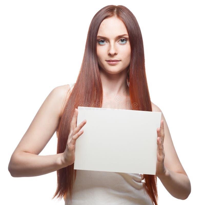 Bello segno dai capelli rossi della tenuta della ragazza fotografie stock libere da diritti