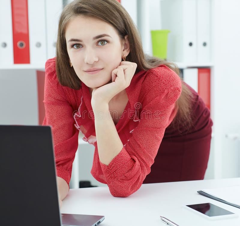 Bello segretario del famale che lavora ad un computer portatile nell'ufficio Affare, mercato dei cambi, offerta di lavoro, ricerc fotografie stock