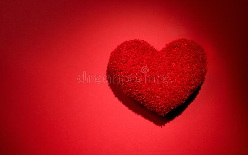 Bello sfondo di cuscino a forma di cuore rosso La bellezza del cuore delle vacanze, flatlay Struttura della carta matrimoniale Am fotografia stock libera da diritti