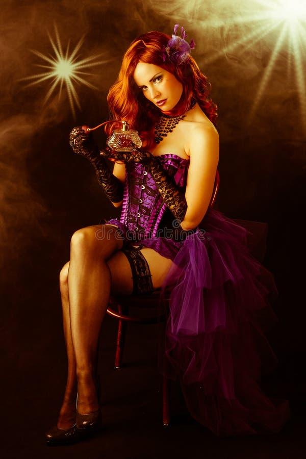 Bello showgirl del burlesque dei giovani in scena fotografia stock libera da diritti