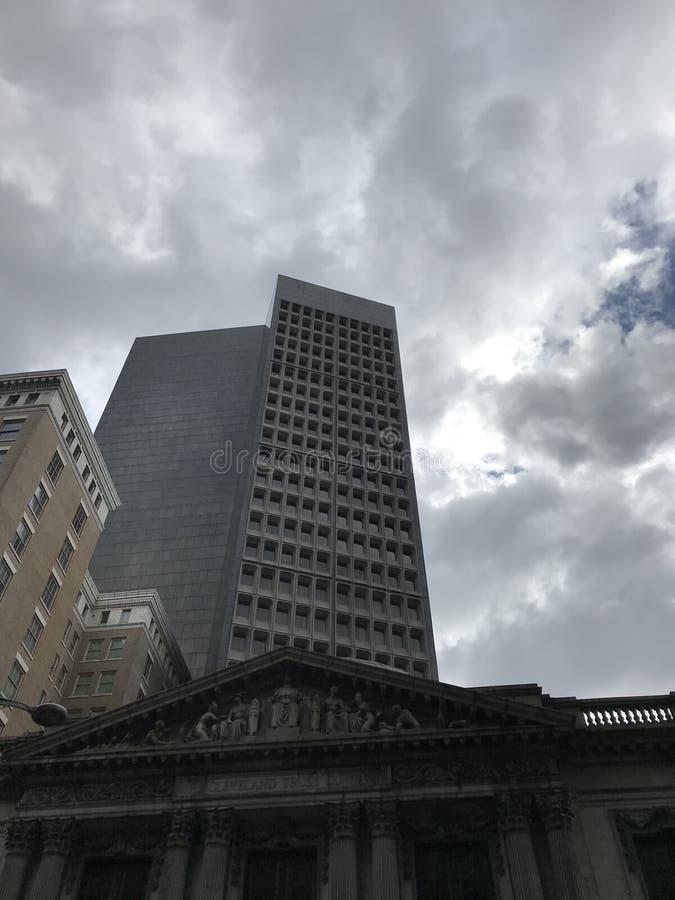 Bello si rannuvola attualmente il vecchio ` s ed il 9 di Cleveland Trust Building Heinen - Cleveland, Ohio immagine stock
