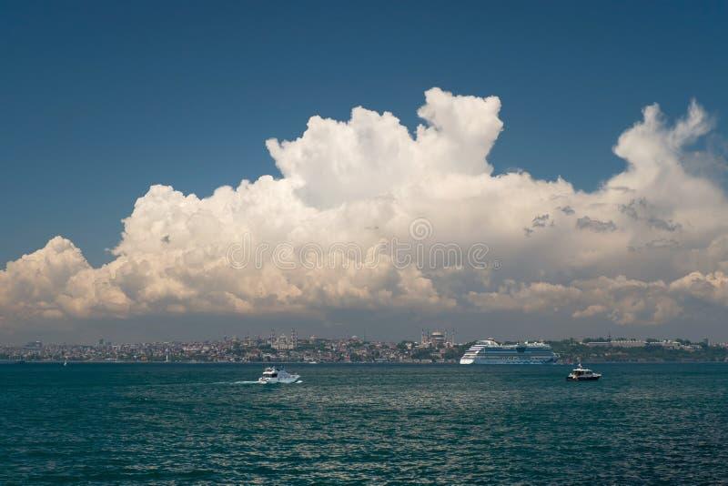 Bello si rannuvola la penisola storica di Costantinopoli con Aida Cruise Ship fotografia stock libera da diritti