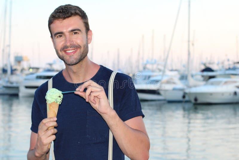 Bello soddisfatto maschio di un gelato immagini stock