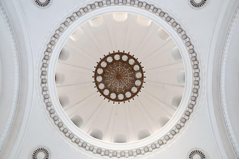 Bello soffitto dello stucco in vecchia costruzione Soffitto antico e barrocco bello vecchio candeliere sul soffitto con lo stucco fotografia stock libera da diritti