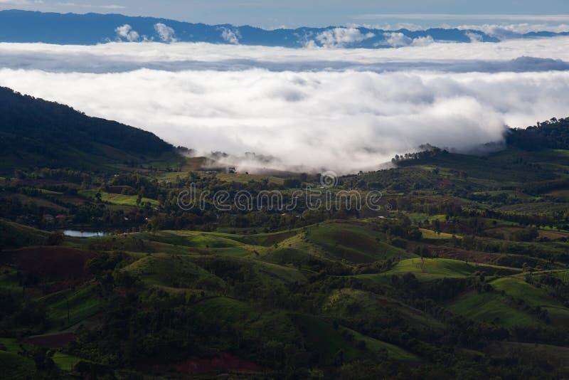 Bello sole alle montagne nebbiose di mattina fotografie stock