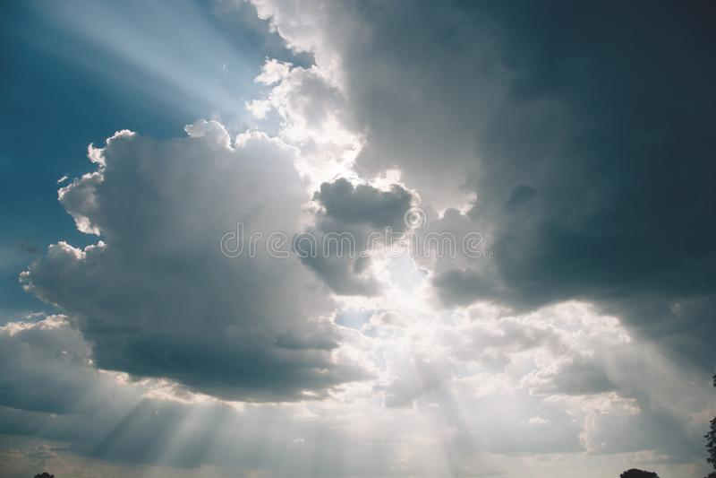 Bello sole brillante a chiaro cielo blu con lo spazio della copia fotografia stock