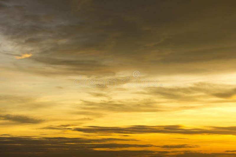 Bello sole dorato riflettere e spargersi con il cielo e la nuvola scura all'Asia fotografia stock libera da diritti