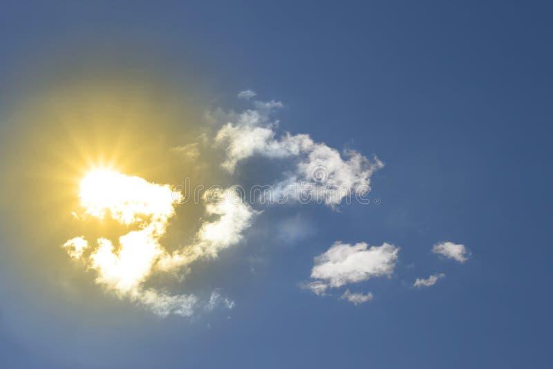 Bello sole giallo attraverso le nubi bianche pulite immagini stock