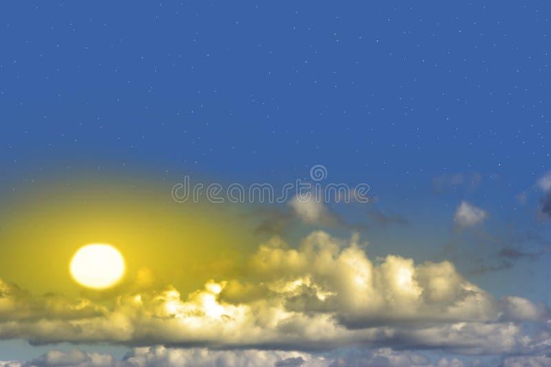Bello sole giallo con le nubi e le stelle fotografie stock libere da diritti