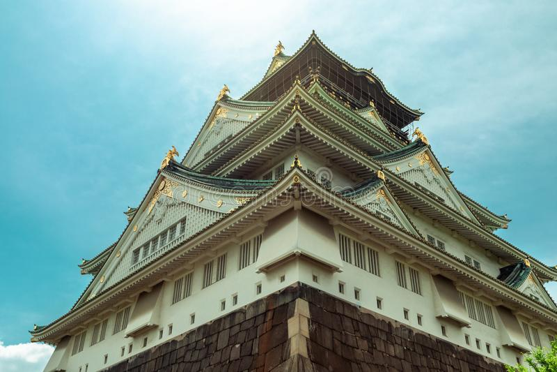 Bello sole pastello variopinto sopra Osaka Castle, punto di riferimento di Osaka, Kansai, Giappone fotografia stock