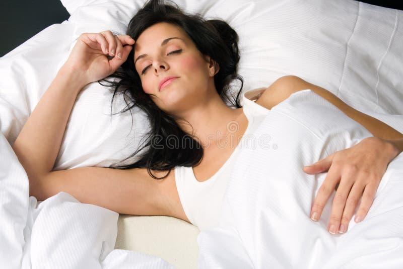 Bello sonno della giovane donna immagine stock libera da diritti