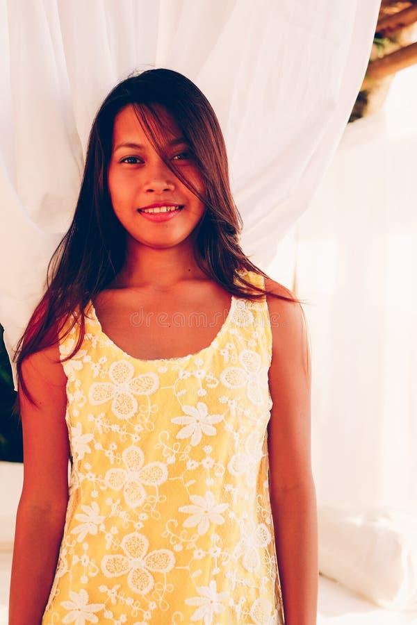 Bello sorridere asiatico della ragazza del ritratto naturale Bellezza asiatica indigena Donna asiatica sulla stazione termale del immagine stock