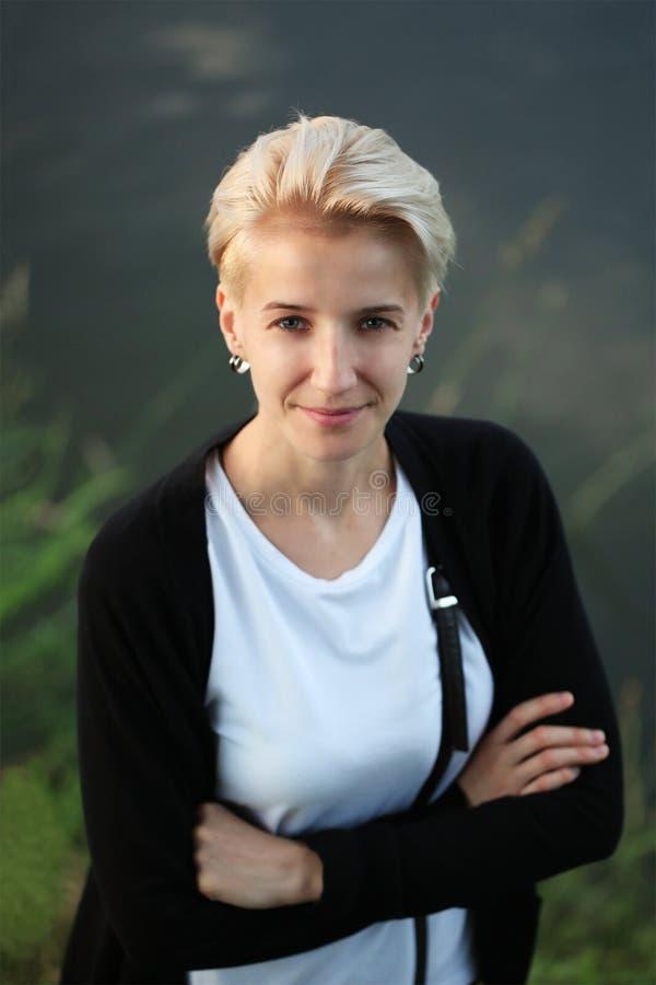 Bello sorridere del ritratto della giovane donna immagini stock libere da diritti