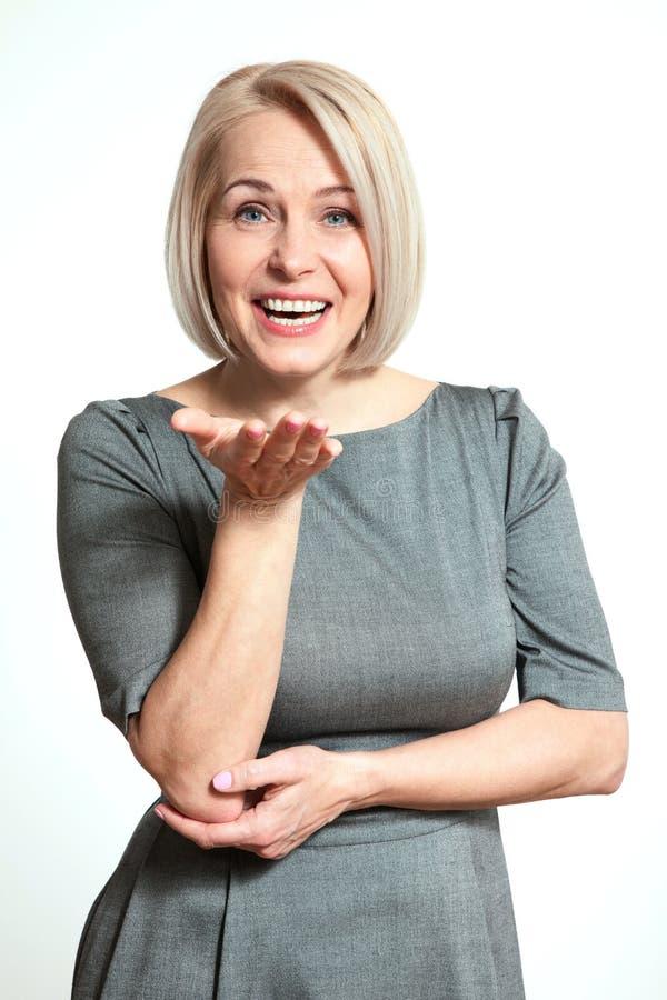 Bello sorridere di mezza età attivo della donna amichevole e esaminare la macchina fotografica fine del fronte della donna in su fotografia stock libera da diritti