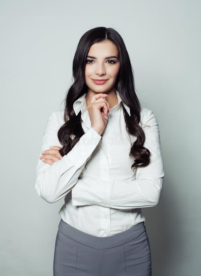 Bello sorridere latino della donna di affari immagini stock libere da diritti