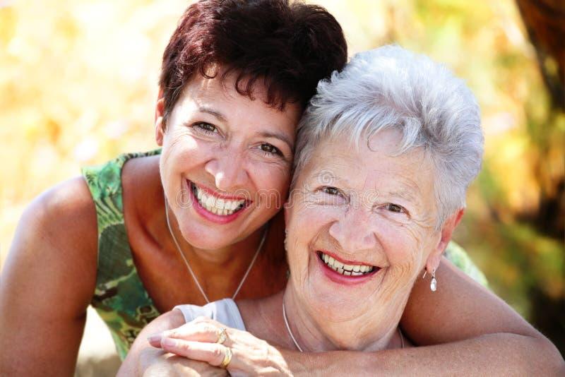 Bello sorridere maggiore della figlia e della madre fotografia stock libera da diritti