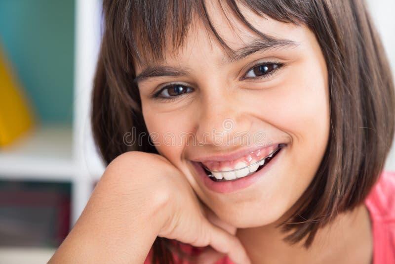 Bello sorriso con l'apparecchio ortodontico immagini stock