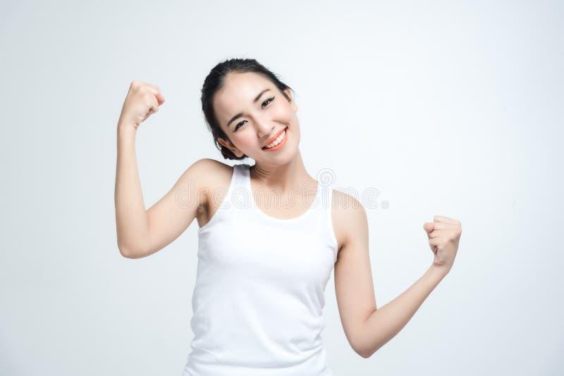 Bello sorriso della giovane donna asiatica felice con la posa di combattimento su fondo bianco fotografia stock libera da diritti