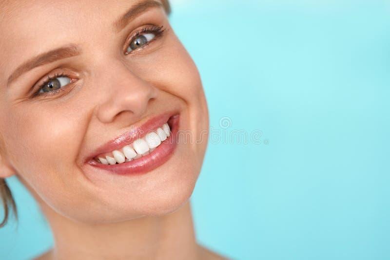 Bello sorriso Donna sorridente con il ritratto bianco di bellezza dei denti immagine stock libera da diritti