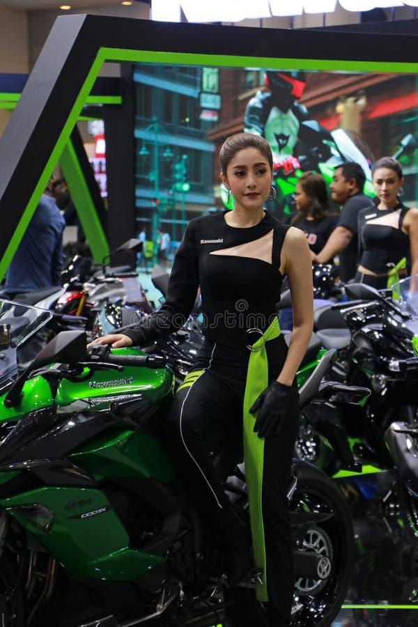 Bello stile asiatico con la motocicletta Kawasaki, marketing per attirare l'attenzione di Thailand International immagini stock libere da diritti