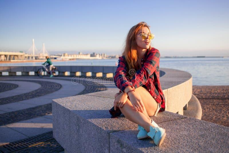 Bello stile dei pantaloni a vita bassa della ragazza Ritratto all'aperto fotografia stock libera da diritti