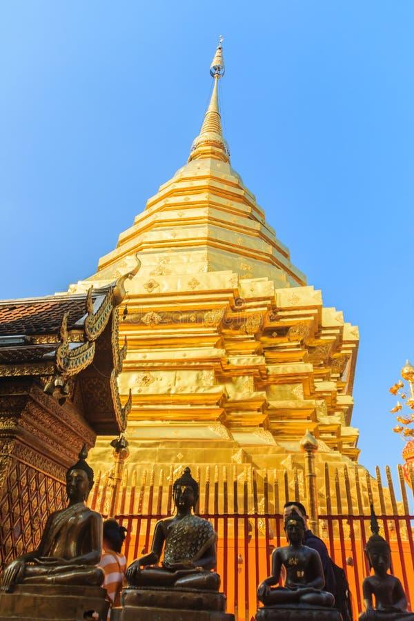 Bello stile tailandese nordico architettonico della chiesa dorata e fotografia stock libera da diritti