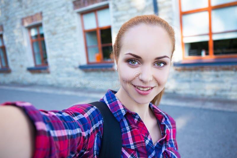 Bello studente o ragazza della scuola che fa la foto del selfie immagini stock