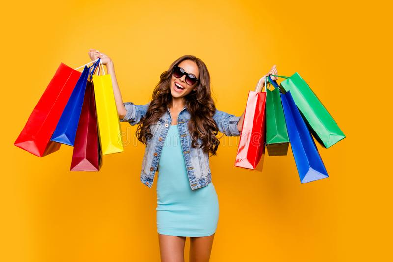 Bello suo della foto alta vicina braccia di mani di signora gode del pacchetto shopping spree che i prezzi bassi stupiti emoziona fotografia stock