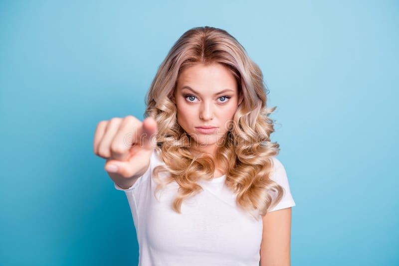 Bello suo della foto alta vicina dito indice mano-braccio di signora vi indica che il supporto di arresto della restrizione là no fotografie stock libere da diritti