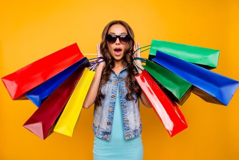 Bello suo della foto alta vicina grido di grido di urlo di signora gode di nuovo personale shopping spree che i prezzi bassi emoz fotografia stock libera da diritti