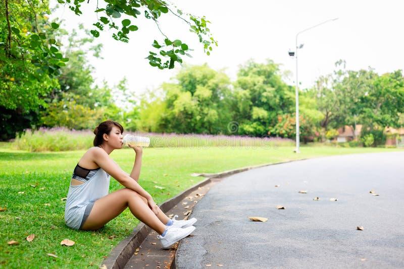 Bello tatto della donna provato ed assetato perché giorno soleggiato dei it's La bella ragazza affascinante prende un resto e r fotografie stock libere da diritti