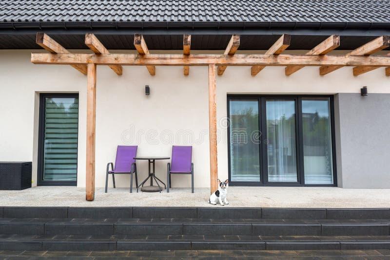 Bello terrazzo del giardino con i blocchetti di calcestruzzo appena fatti del lastricatore fotografie stock libere da diritti