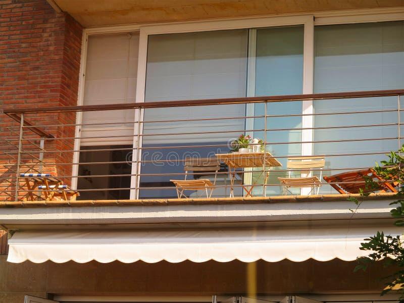 Bello Terrazzo O Balcone Con La Piccole Tavola E Sedie Fotografia ...