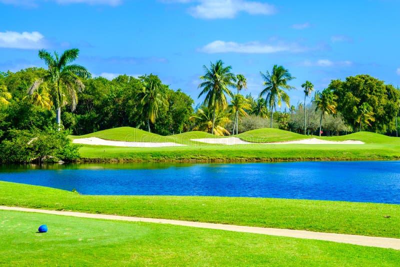 Bello terreno da golf immagini stock libere da diritti