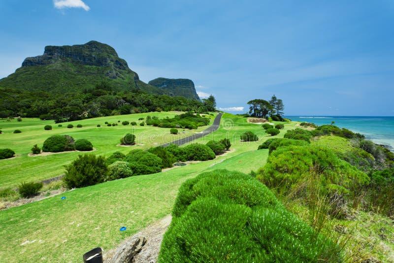 Bello terreno da golf verde dal mare immagine stock