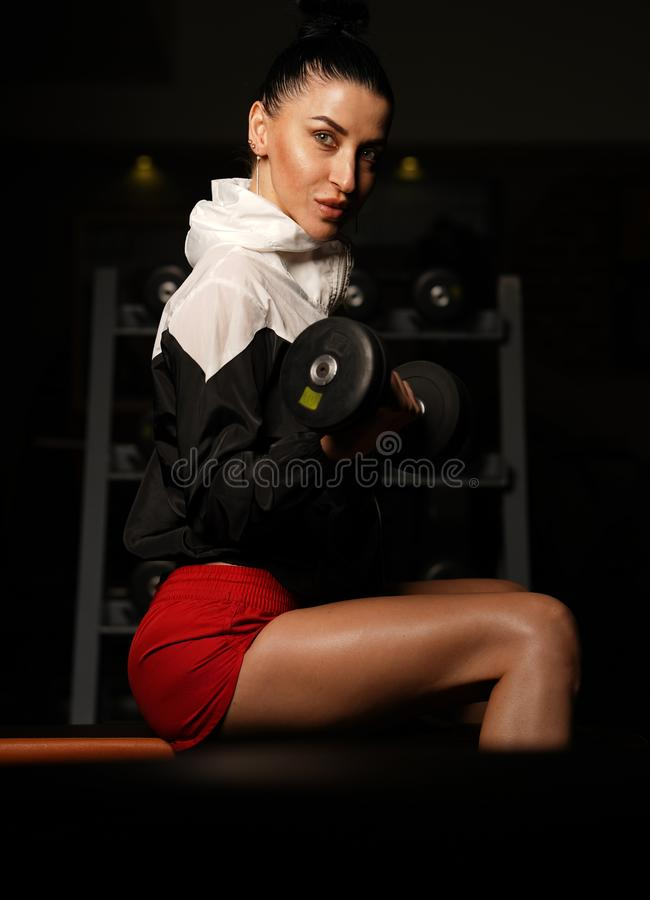 Bello tiro di modello russo di Fitness in palestra fotografie stock libere da diritti