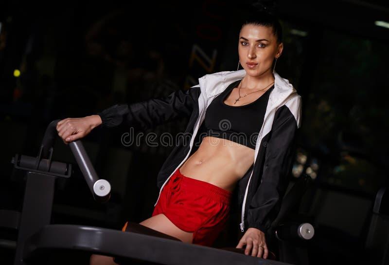 Bello tiro di modello russo di Fitness in palestra fotografia stock libera da diritti