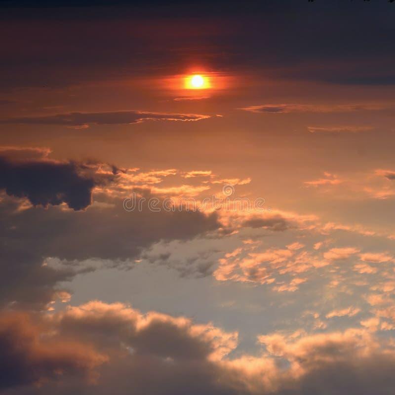 Bello tramonto - alba con le nuvole Cielo con le nubi Sfondo naturale variopinto immagine stock libera da diritti