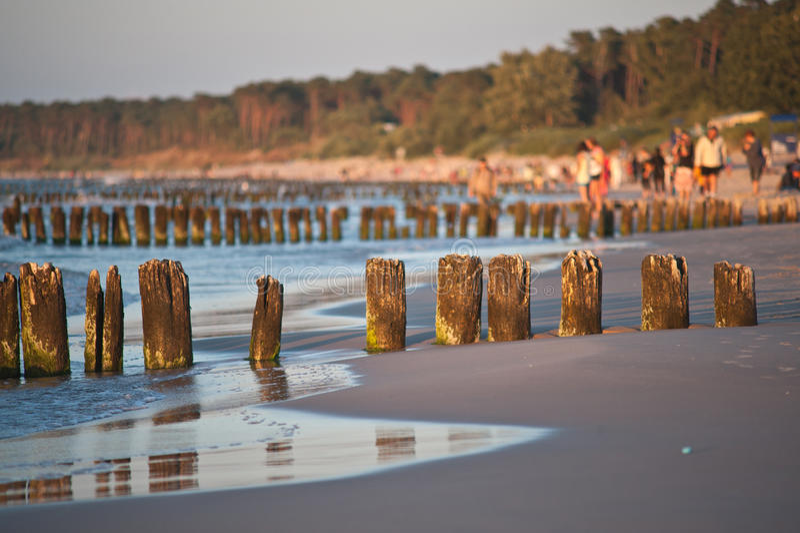 Bello tramonto alla spiaggia baltica in Polonia fotografie stock libere da diritti