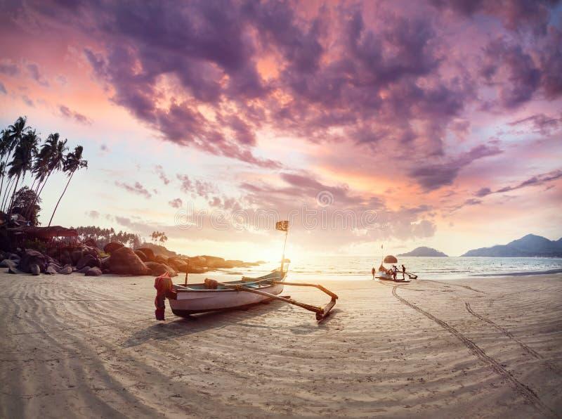 Bello tramonto alla spiaggia di Goa fotografia stock libera da diritti