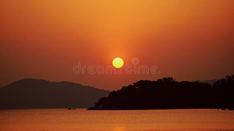 Bello tramonto arancio da Hong Kong Islands immagine stock libera da diritti