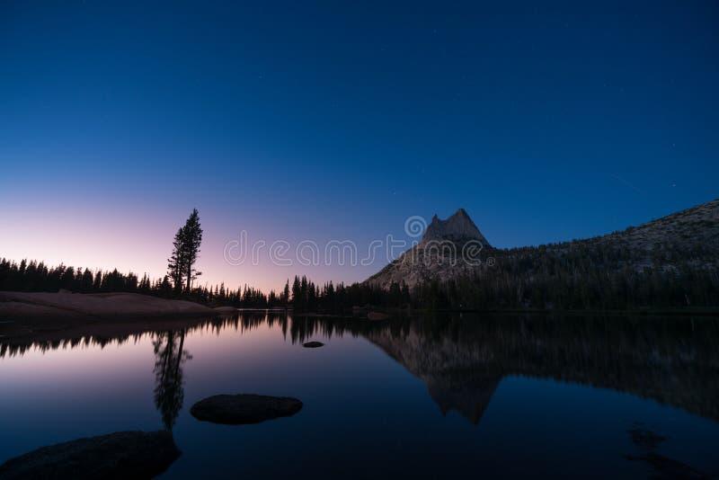 Bello tramonto con le stelle nel lago superiore cathedral, Yosemite immagini stock